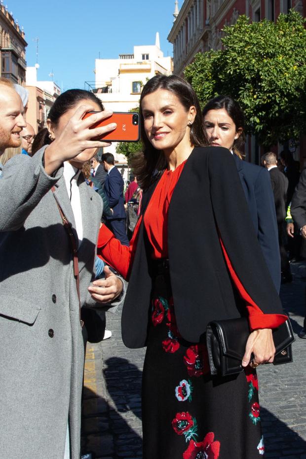 С чем носит любимый черный кейп Zara королева Летиция в этом сезоне? (фото 1)