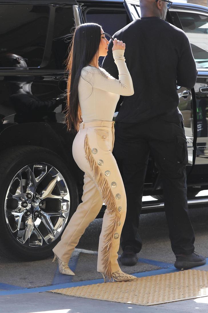 Эпатажные брюки Ким Кардашьян с бахромой. Тренд или анти-тренд? (фото 4)