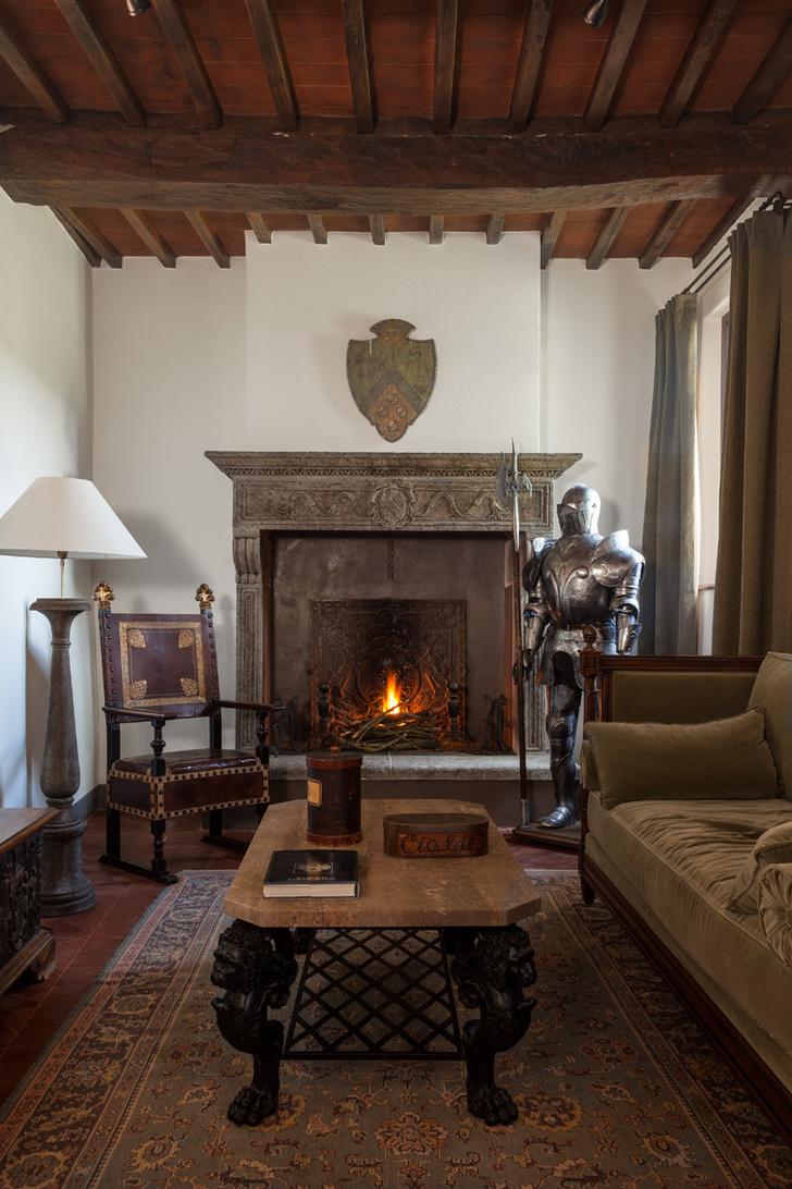 «Рыцарский зал» расположен на первом этаже и имеет выход в сад. Изначально светлый камин стал выглядеть более монументально, после того как его выкрасили в тон порталу из камня.