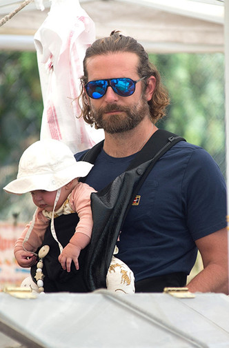 Фото дня: Брэдли Купер и Ирина Шейк на прогулке с дочкой