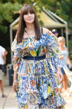 Да здравствует королева: Моника Беллуччи в богемном платье Dolce&Gabbana в Венеции (фото 1.1)