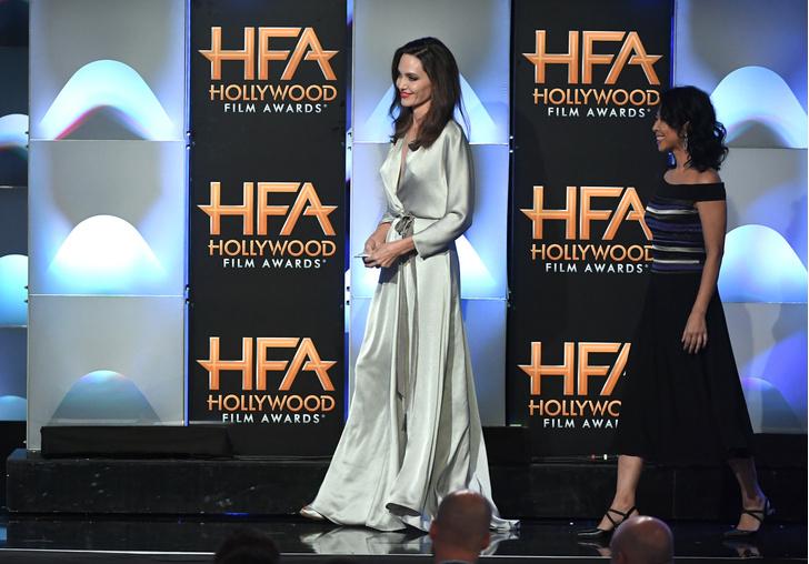 Дива дивная: Анджелина Джоли затмила всех на церемонии Hollywood Film Awards фото [9]