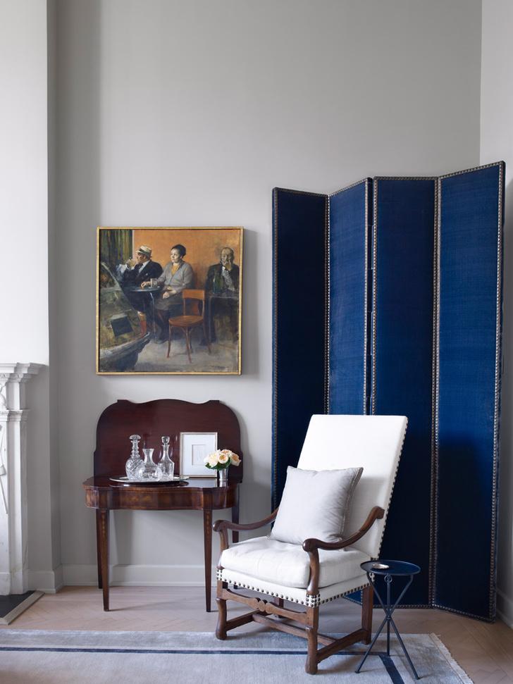 Антикварный столик, используемый как бар, достался Джеффри Болтону в наследство от матери. Ширма сделана по эскизу Джона Саладино и обита бархатной тканью, Bart Halpern.