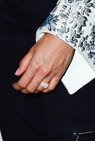 Первый выход Алисии Викандер после свадьбы: актриса показала кольцо фото [1]