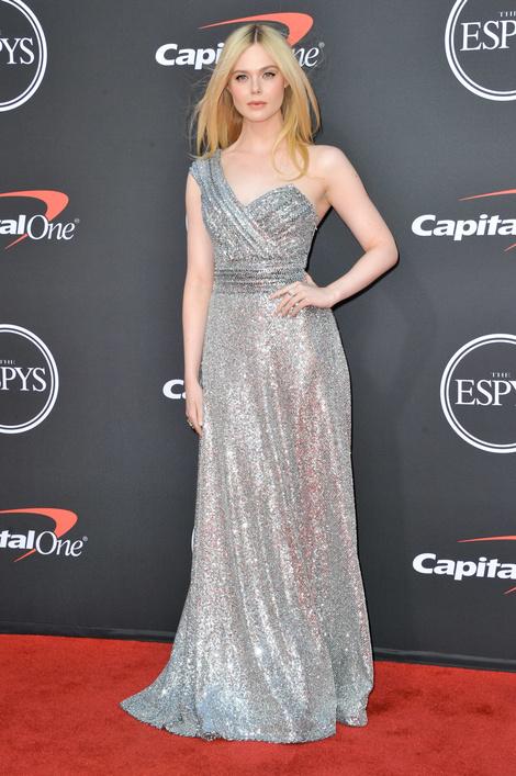 Во всем блеске: Эль Фаннинг в серебристом платье Celine (фото 1)