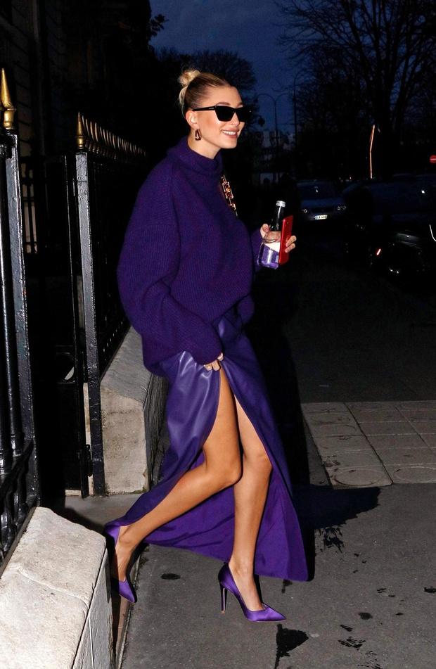 Богемный Париж: Хейли Бибер показывает, как сочетать вязаный свитер и кожаную юбку, чтобы выглядеть элегантно (фото 1)