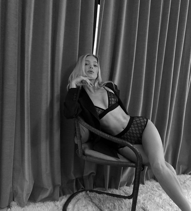Эльза Хоск призывает оставаться дома в сексуальном черном белье (фото 1)