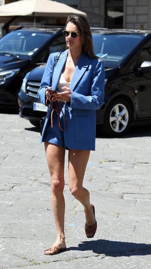 Шорты + длинный блейзер: Алессандра Амбросио в пыльно-синем костюме (фото 1.1)