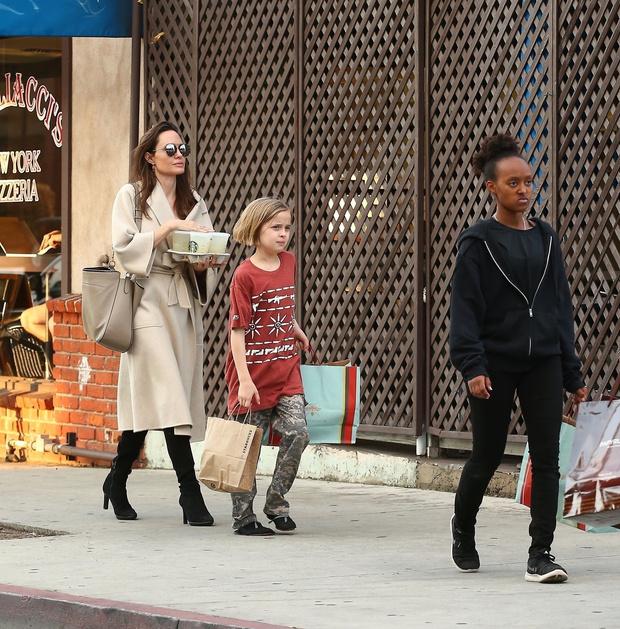 Фото дня: Анджелина Джоли на прогулке с детьми (фото 1)