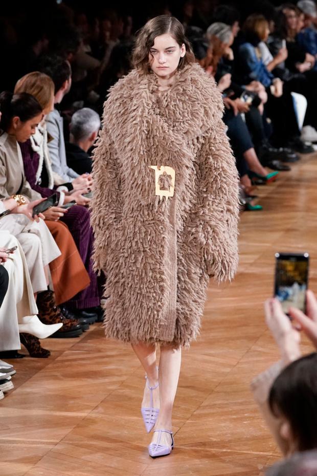 Знай наших: 11 выходов модели Алины Болотиной на Неделе моды в Париже (фото 7)