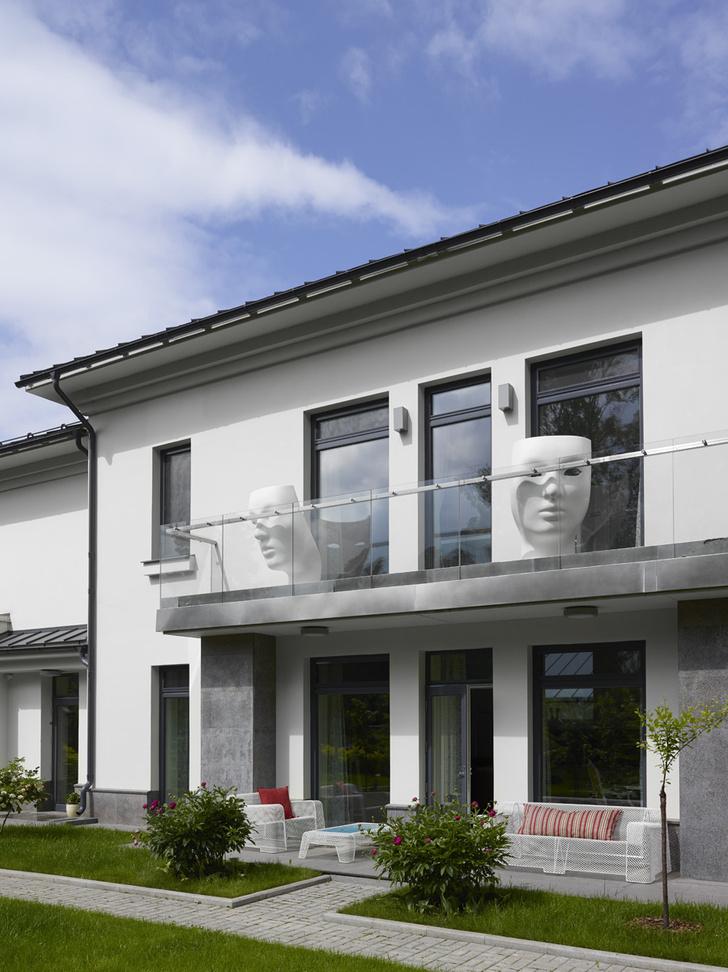 Вид на дом (330 кв. м) со стороны сада. На балконе — кресла, Driade. Садовая мебель, Emu.