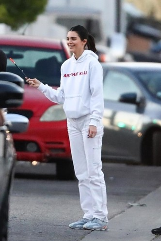 Total white: Кендалл Дженнер в худи Gallery Dept. и кроссовках Yeezy (фото 1.1)