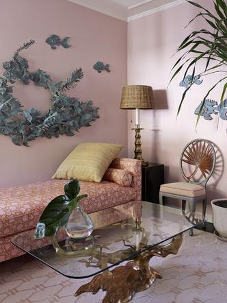Бильярдная. Кушетка, 1970- е годы, обита индийским хлопком. Столик, дизайн Уилли Даро, 1970-е годы Стул из металла, 1970-е годы, куплен в Санта-Барбаре. На стене — скульптура Куртиса Жерё.