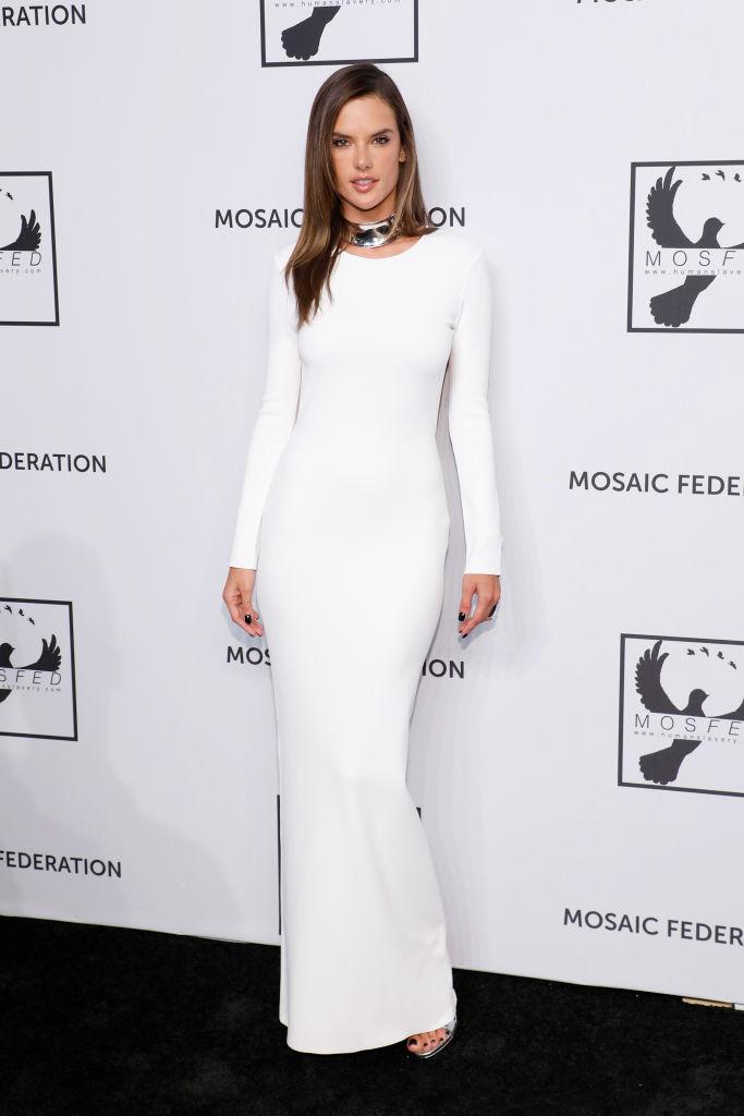 Белоснежное платье-футляр и голая спина: Алессандра Амбросио (фото 2)
