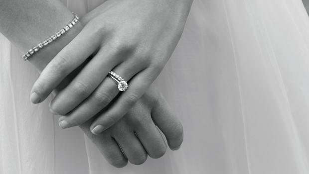 На какой палец одевают обручальное кольцона каком пальце носить помолвочное колечко