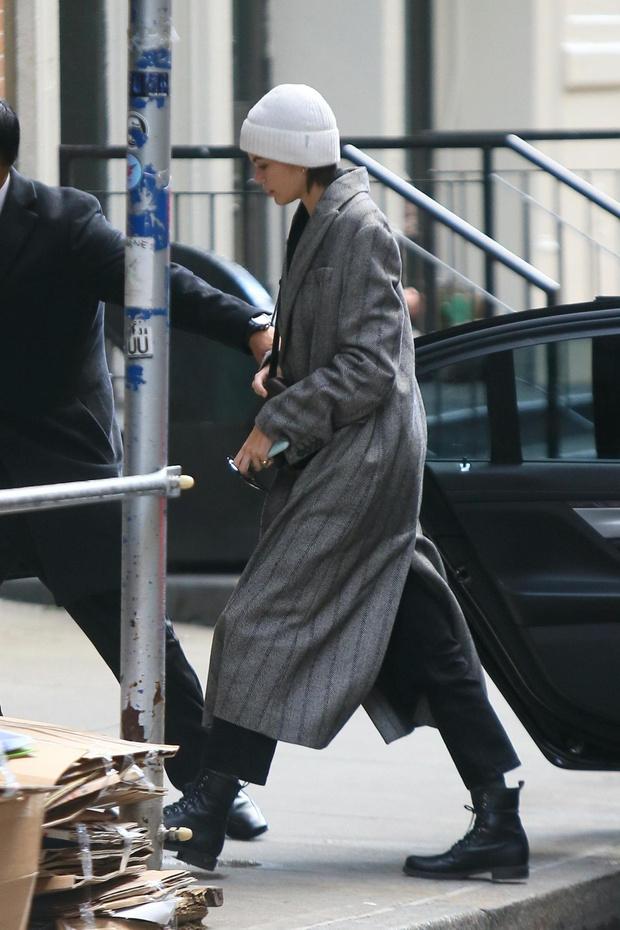 Пальто в стиле 1980-х и белая шапка Кайи Гербер (фото 3)