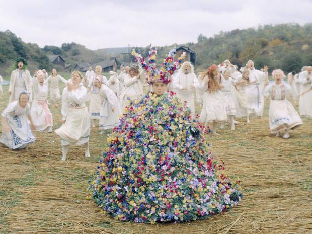 История одного платья: майская королева и 10 тысяч цветов из венгерского льна (фото 7)