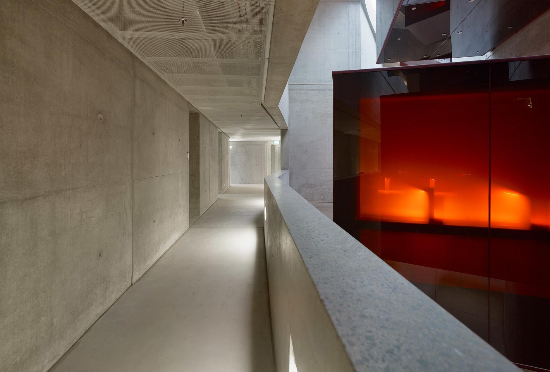 Яркая библиотека по проекту Жана Нувеля (галерея 14, фото 2)