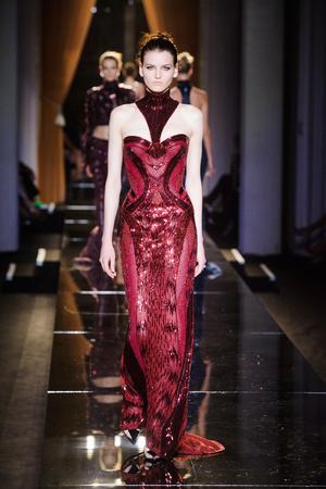 Показ Versace Haute Couture коллекции сезона Осень-зима 2013-2014 года haute couture - www.elle.ru - Подиум - фото 556632