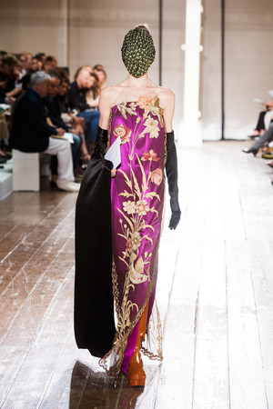 Показ Maison Martin Margiela коллекции сезона Осень-зима 2013-2014 года Haute couture - www.elle.ru - Подиум - фото 556303