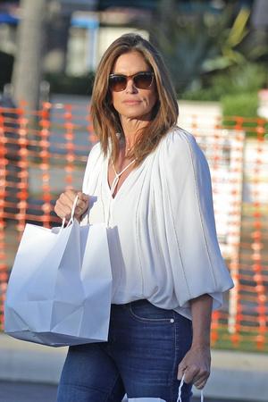 Белая блуза и идеально сидящие джинсы: безупречная Синди Кроуфорд на безлюдных улицах Малибу (фото 3.2)
