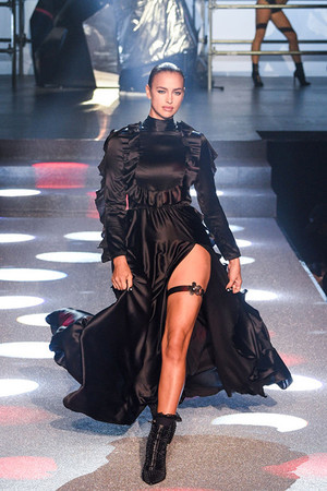 She's back: Ирина Шейк вышла на подиум Недели моды в Нью-Йорке фото [4]