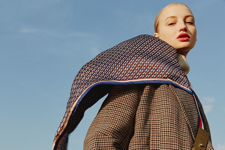 Модный аксессуар: 10+ осенних образов с шелковым платком фото [17]