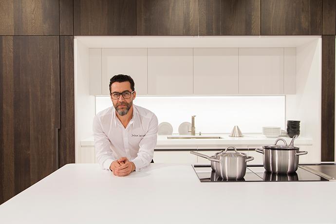 Шеф-повар Кике Дакоста на фоне кухни от Gamadecor