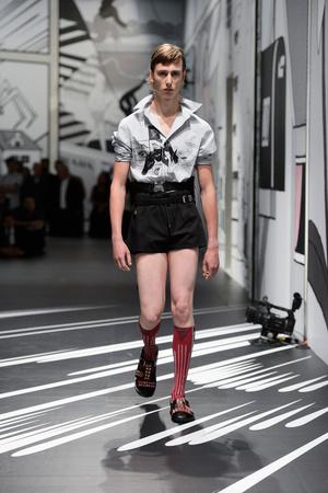 Показ Prada коллекции сезона Весна-лето 2018 года Men prêt-à-porter - www.elle.ru - Подиум - фото 622774