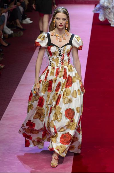 Dolce & Gabbana показали платья с апельсинами, игральными картами и канноли | галерея [1] фото [2]