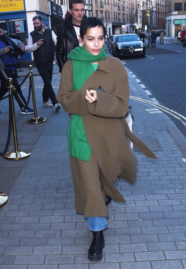 Бежевый + зеленый – идеальное комбо, доказывает Зои Кравиц (фото 1)