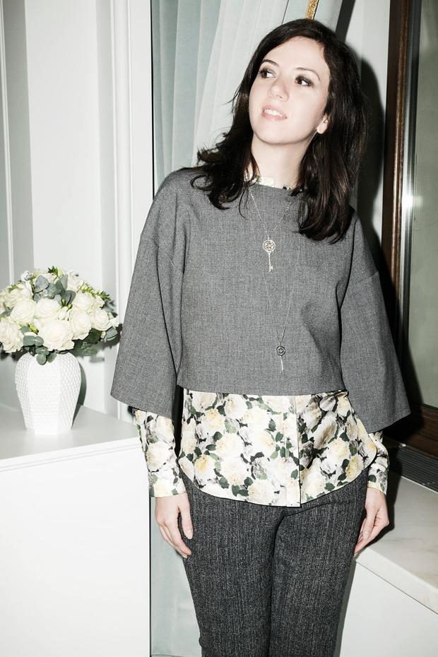 Брюки и серый топ Paul & Joe sister, рубашка Adam Lippes (магазин tapis rouge), подвески Tiffany & Co.