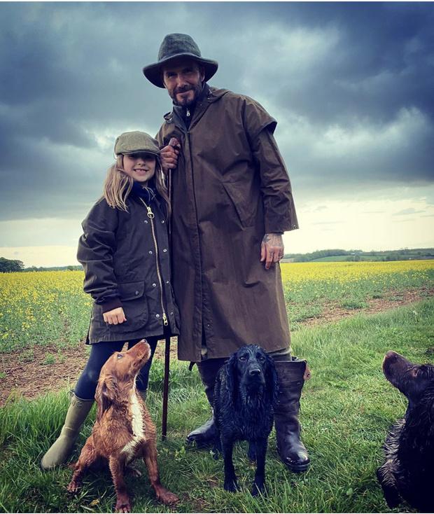 Джентельмен на прогулке: шляпа, дождевик и резиновые сапоги как у Дэвида Бекхэма (фото 1)