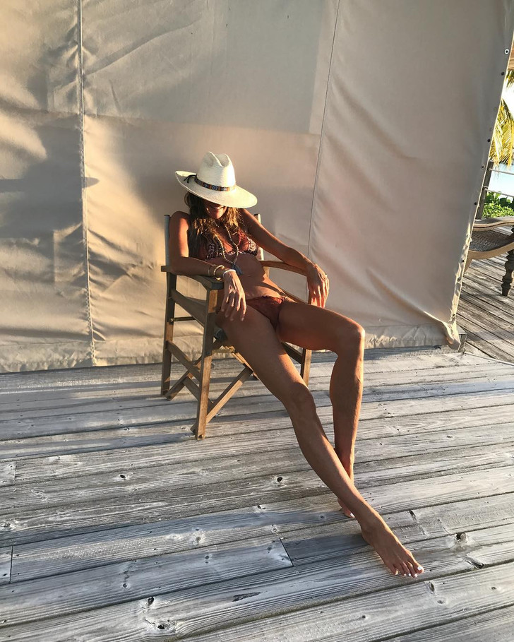 Они бесконечные: Эль Макферсон поделилась новым фото в купальнике фото [4]