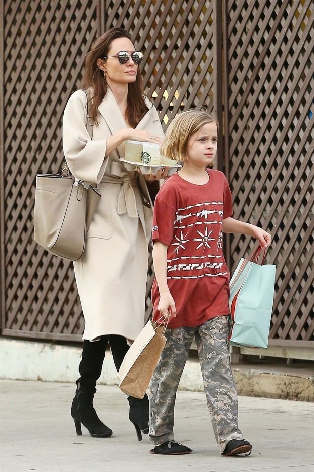 Фото дня: Анджелина Джоли на прогулке с детьми (фото 3)