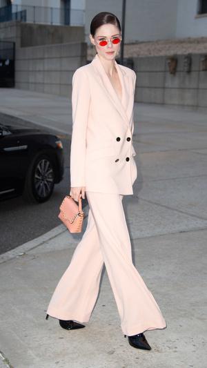 Пудровый костюм на голое тело и яркий макияж: смелый выход Коко Роша в Нью-Йорке (фото 0.1)