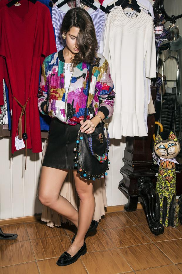 Бомбер, Dries Van Noten; юбка из кожи, винтаж; лоферы, Gucci; сумка, Marc Jacobs
