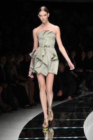 Показ Versace коллекции сезона Весна-лето 2009 года Prêt-à-porter - www.elle.ru - Подиум - фото 83558