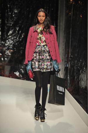 Показ Moschino Cheap & Chic коллекции сезона Осень-зима 2010-2011 года Prêt-à-porter - www.elle.ru - Подиум - фото 150534
