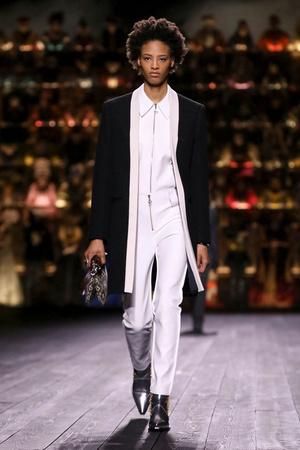 Как носить пуховик с вечерним платьем? Ответ найдете на показе Louis Vuitton (фото 10.1)