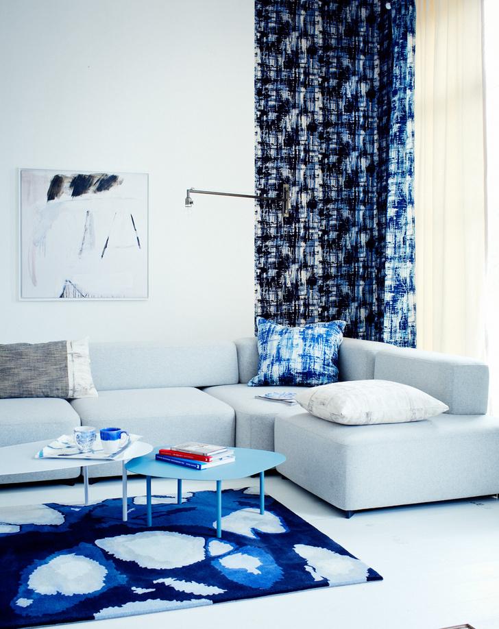 Синим по белому: стены покрыты эмульсией, Little Greene; шторы, Black Edition by Roma; диван, Republic of Fritz Hansen, обит шерстью, Kvadrat; cтолики, Habitat; ковер, WovenGround.