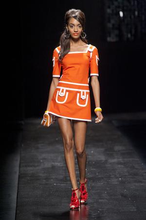 Показы мод Moschino Весна-лето 2013 | Подиум на ELLE - Подиум - фото 1115