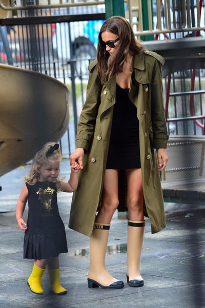 Сапоги Chanel + плащ Burberry: Ирина Шейк на прогулке c дочерью Леей (галерея 4, фото 0)