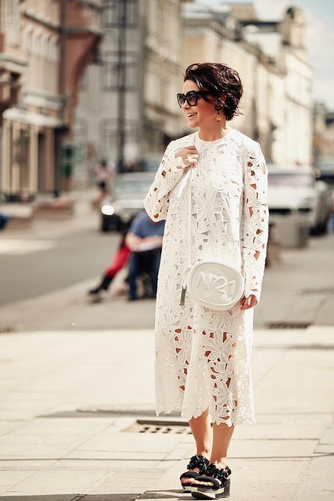 Платье Ре, босоножки Marni, очки Prada, сумка N°21, клипсы Marni