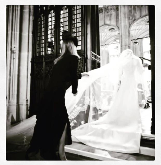 Чистота и простота: дизайнер, создававшая подвенечное платье Меган Маркл, опубликовала неизвестные снимки свадебной церемонии (фото 9)