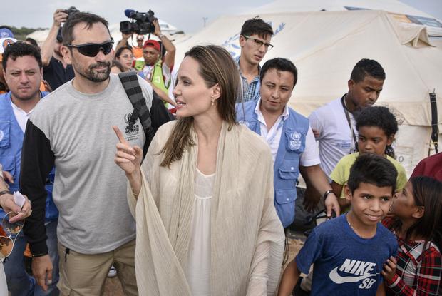 Она умеет улыбаться и носить метры бежевого хлопка: Анджелина Джоли в Колумбии (фото 3)