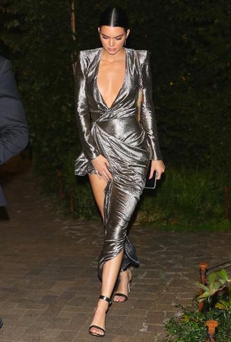 Само совершенство: Кендалл Дженнер в металлизированном платье Redemption фото [2]