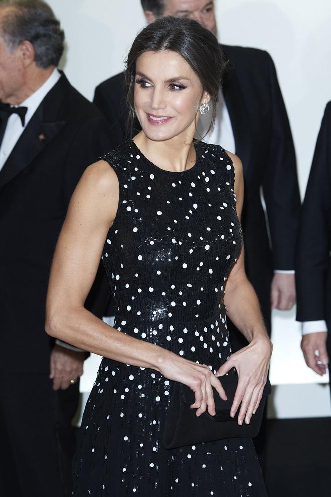 Ближе к звездам: королева Летиция в платье Carolina Herrera (фото 1.2)