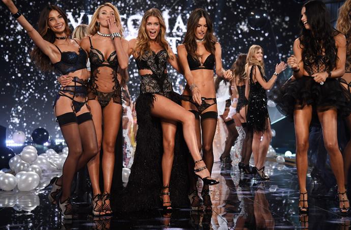 Лили Олдридж, Кэндис Свейнпол, Даутцен Крез, Алессандро Амбросио и Адриана Лима на показе Victoria's Secret Fashion Show 2014