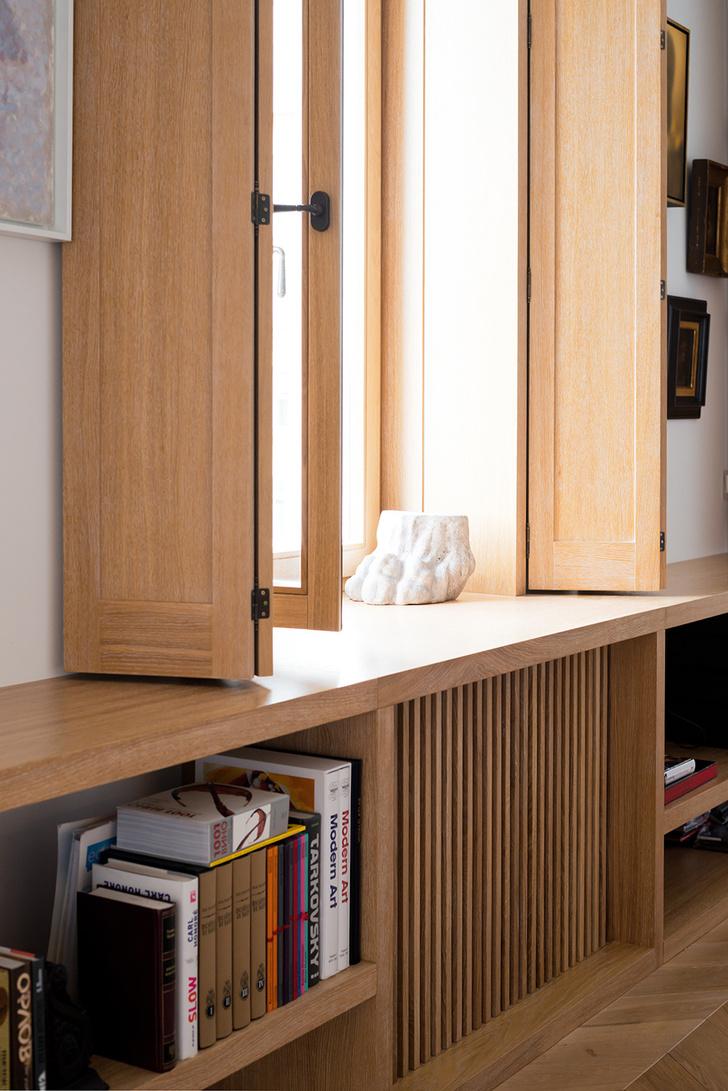 Московский минимализм: светлая квартира с деревянными ставнями (фото 13)